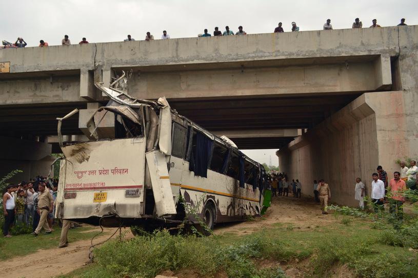 Катастрофа автобуса в Индии, Фото: AFP