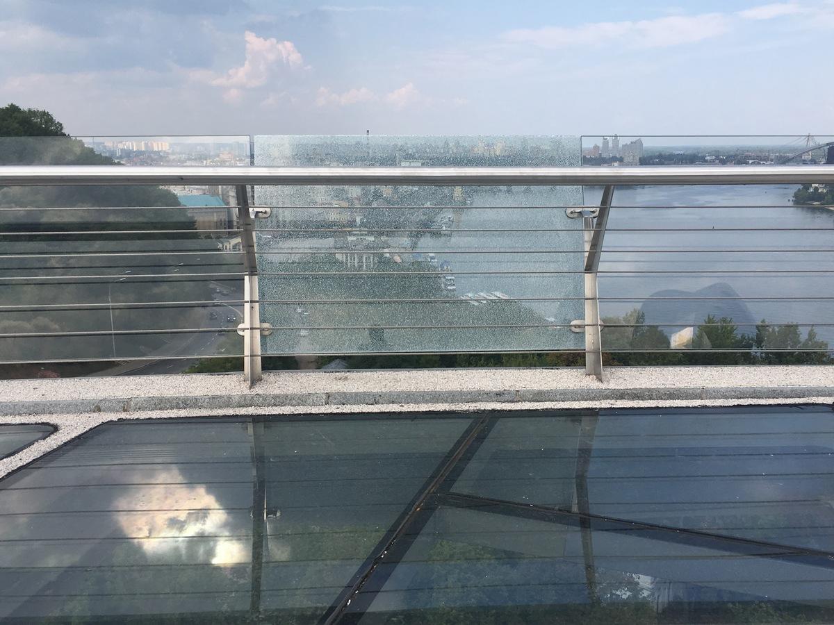 Трещина в стекле на пешеходном мосте, Фото: Информатор