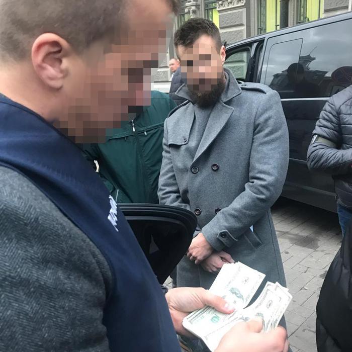 """Работник Нацбанка требовал $50 тысяч взятки за """"валютную"""" лицензию"""