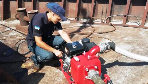 Спасатели оказывают помощь экипажу баржи на Каховском водохранилище