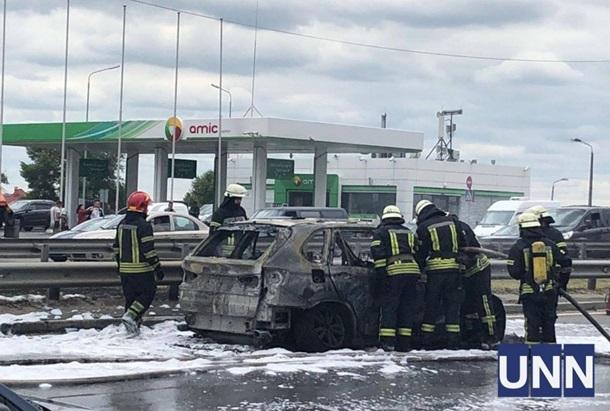 На Южном мосту в Киеве сгорел автомобиль (ФОТО)