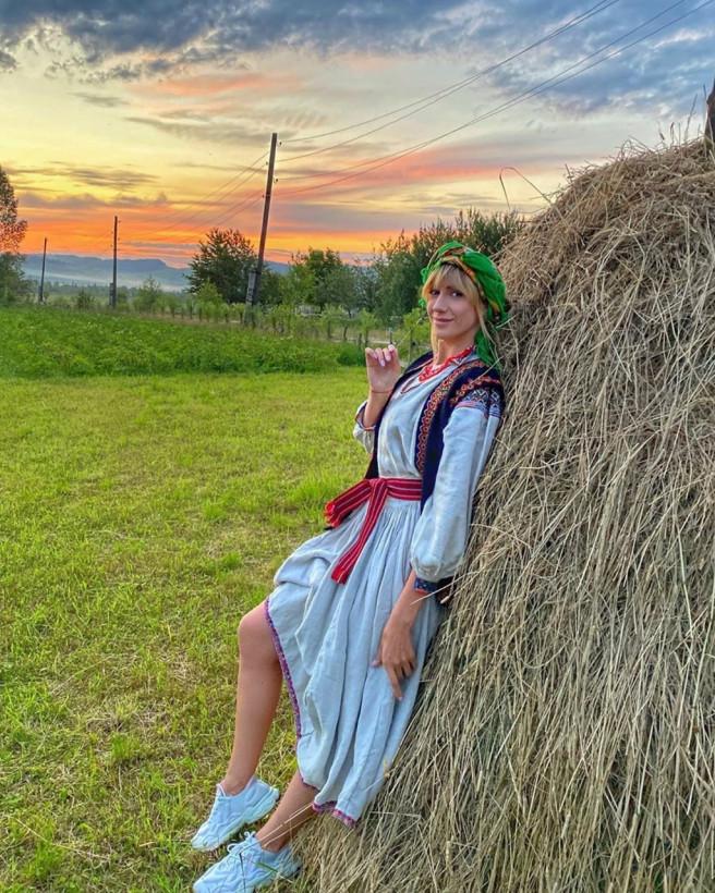 Леся Никитюк позировала в национальном костюме на фоне снопов (ФОТО)