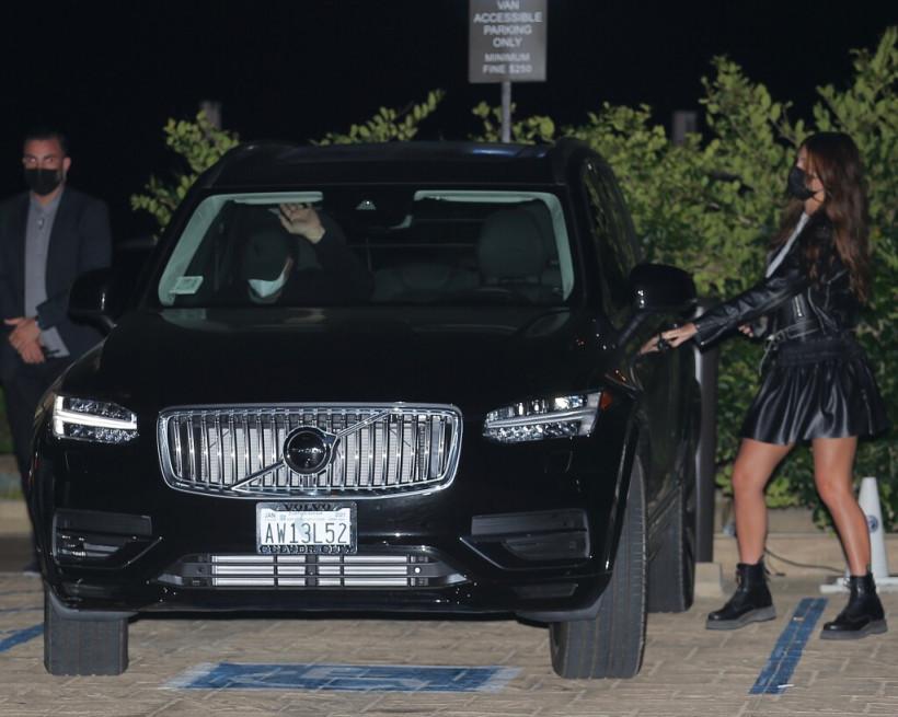 «Хочет удержать ловеласа»: СМИ показали провокативный наряд девушки Леонардо Ди Каприо (ФОТО)