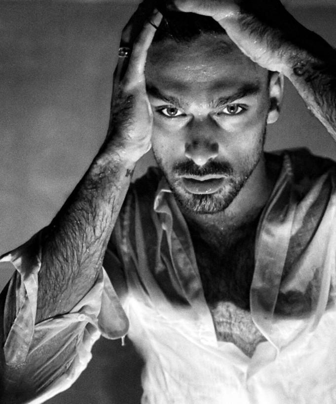 Звезда эротического фильма «365» дней возбудил поклонниц «мокрым» снимком (ФОТО)