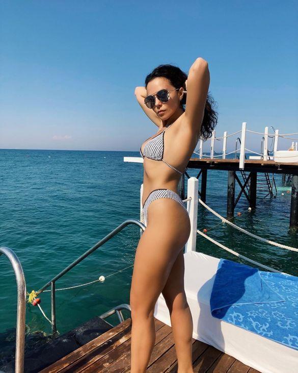 На фоне моря в полосатом бикини: Настя Каменских мотивировала фанатов заниматься спортом (ФОТО)