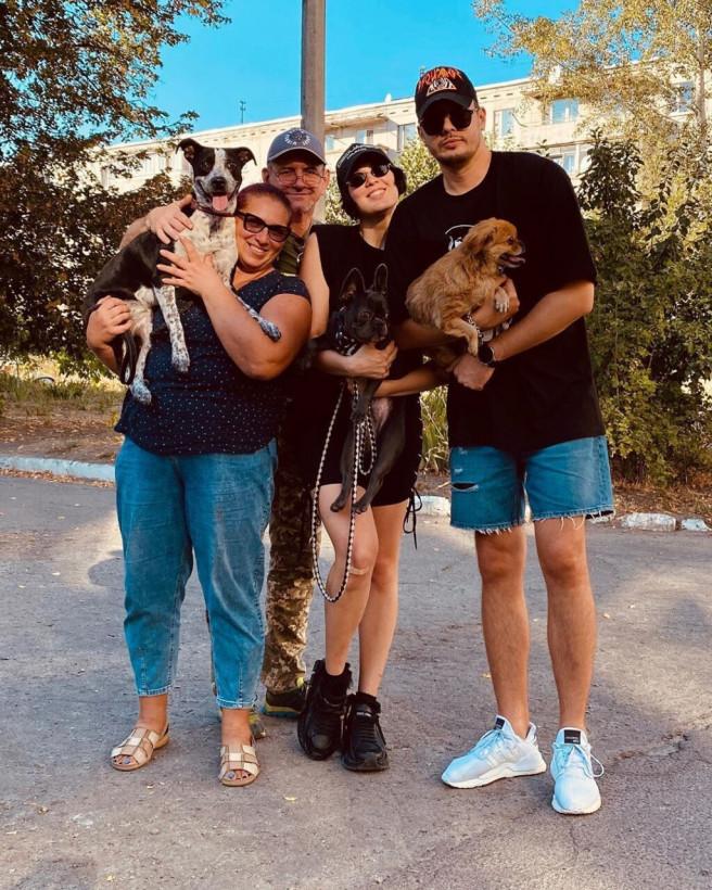 Певица MARUV показала своих родственников и домашних собак: появилось редкое фото