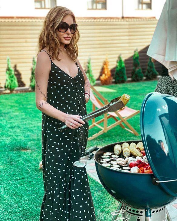 Слава Каминская в сарафане с пикантным декольте жарила овощи на гриле (ФОТО)