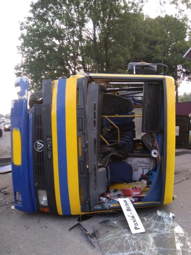 На Закарпатье в результате ДТП перевернулся рейсовый автобус, есть пострадавшие (ФОТО)