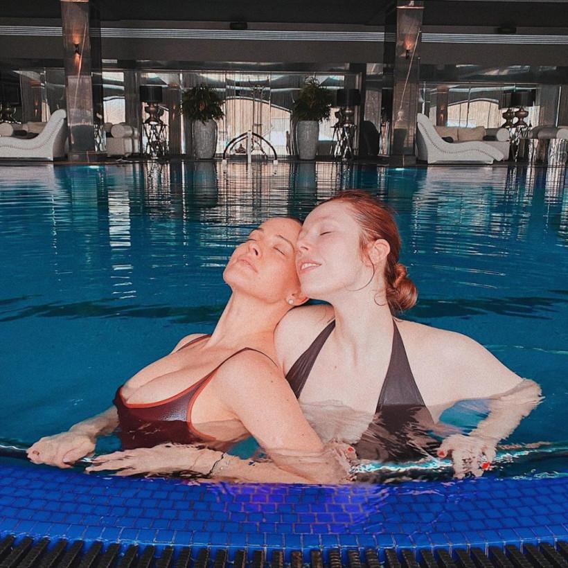 Даша Астафьева показала томный снимок с подругой из бассейна (ФОТО)
