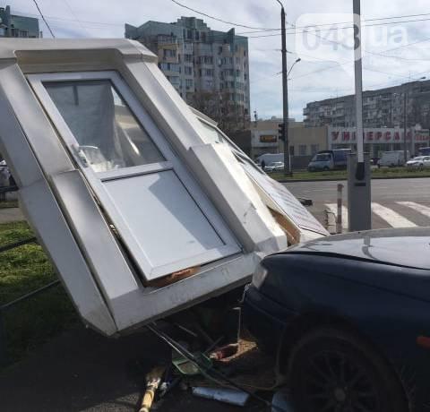 В Одессе автоледи за рулем иномарки свалила пункт контроля парковки (ФОТО)