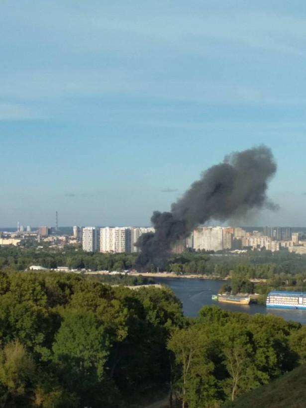 В Киеве в Гидропарке горит клуб: Дым видно с Подола (ФОТО)
