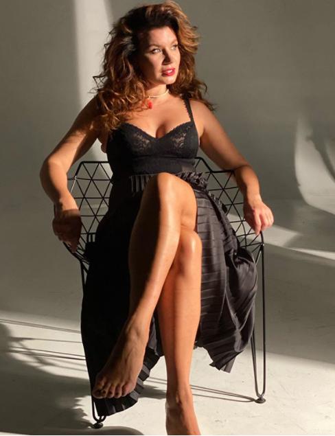 Жена MONATIK поделилась откровенным фото в кружевном белье