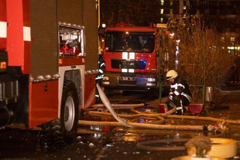 В Киеве на Виноградаре пожарные спасли жильцов и собаку из горящей квартиры на 16-м этаже (ФОТО)