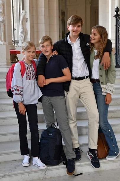 Дочь короля надела в школу украинскую вышиванку (ФОТО)