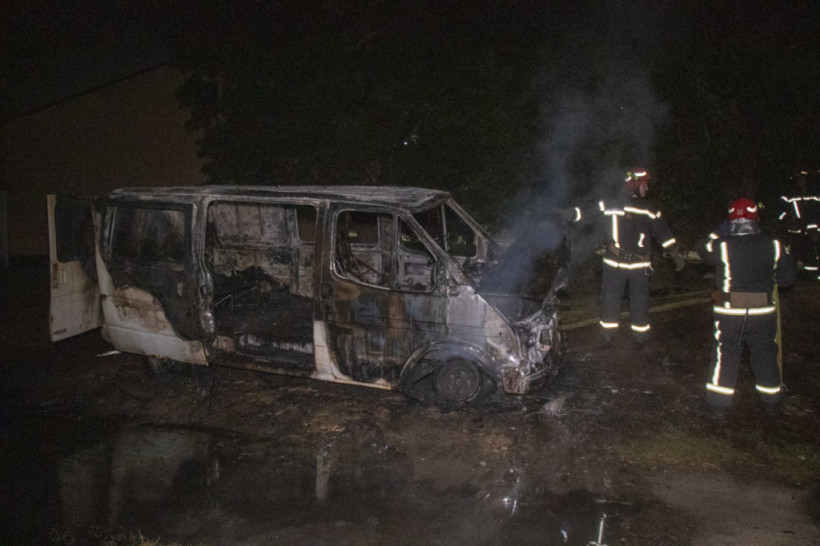 В Киеве дотла сгорел Ford Transit (ФОТО, ВИДЕО)