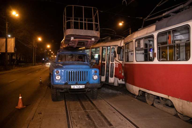 Лобовое столкновение трамваев в Киеве: троих пассажиров госпитализировали (ФОТО, ВИДЕО)