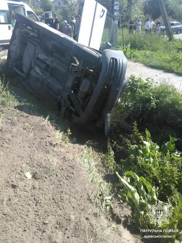 На Львовщине перевернулся автомобиль: есть пострадавшие (ФОТО)