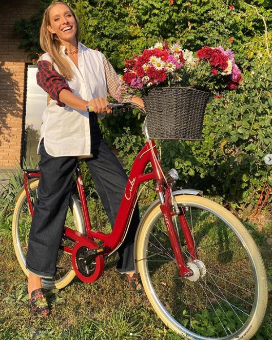 Катя Осадчая на велосипеде поделилась с фанатами теплым осенним фото