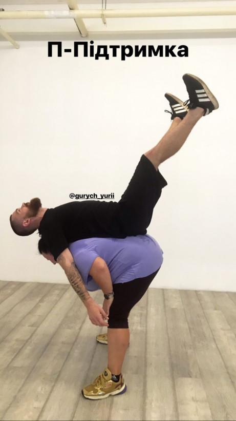 Рэп-исполнительница Alyona Alyona выполнила «мужскую работу» в танце: поддержала партнера, показав смешное фото