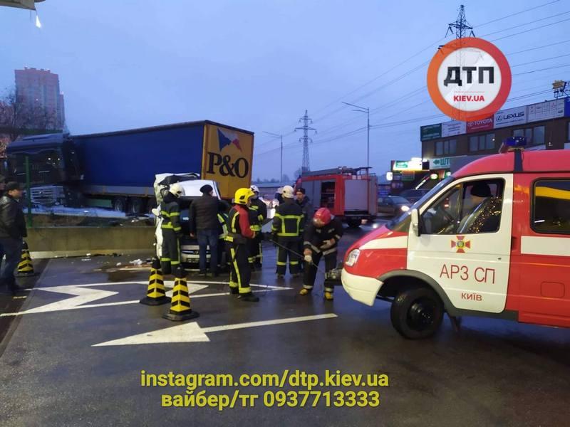 В Киеве произошло серьезное ДТП с фурой: легковушка едва не протаранила АЗС (ФОТО, ВИДЕО)