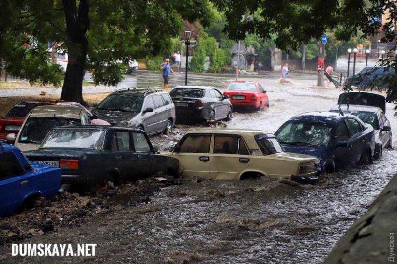 В Одессе прошел мощный ливень: Улицы затоплены, транспорт парализован (ФОТО)