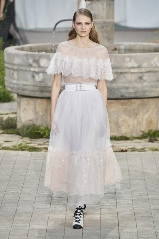 Весенняя мода: в тренде белое кружево,платья на одно плечо и босоножки-гладиаторы (ФОТО)