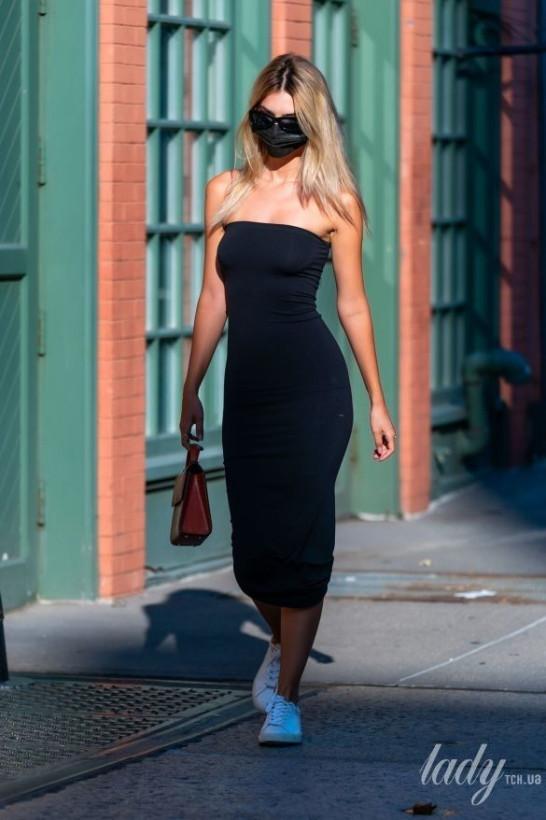 Вся в чёрном цвете: Эмили Ратаковски шла по Нью-Йорку в модном длинном платье и маске (ФОТО)