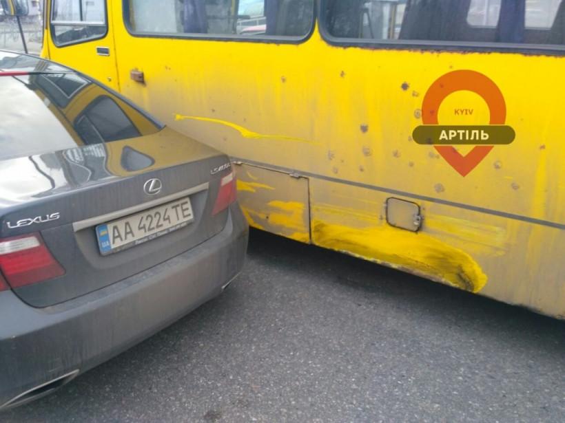 В Киеве возле метро маршрутка влетела в Lexus (ФОТО)