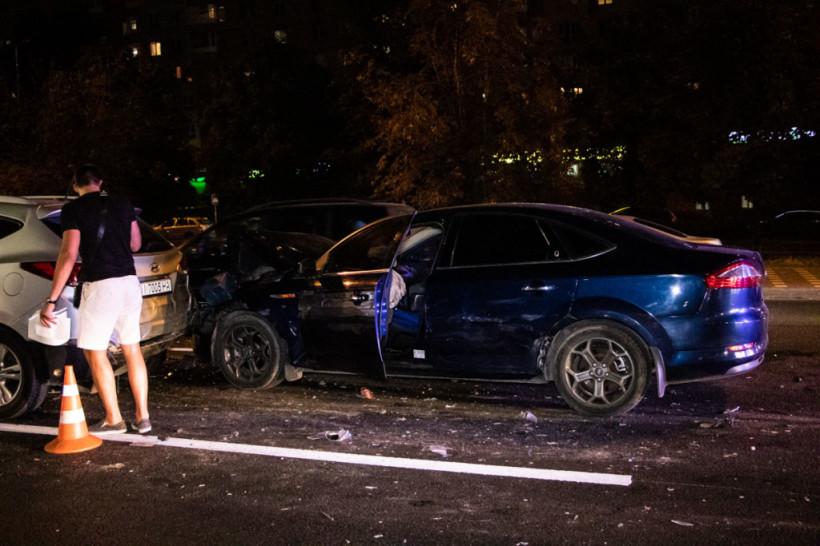 На Академгородке в Киеве пьяный водитель Ford протаранил сразу три машины (ФОТО)