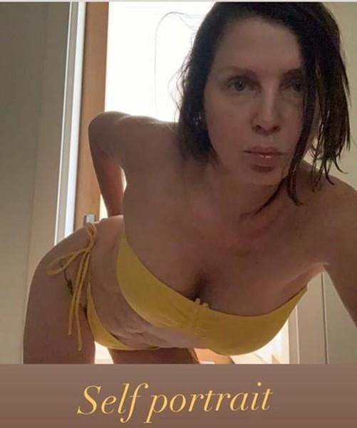 Бывшая жена Джуда Лоу напугала поклонников дряблым животом в бикини (ФОТО)