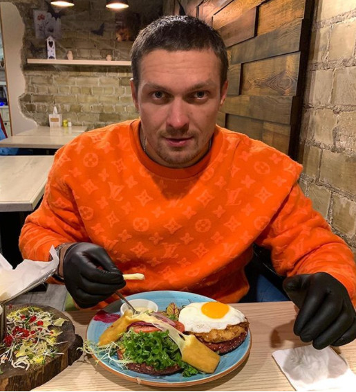 Боксер будет набирать вес: Усик показал свой чемпионский завтрак (ФОТО)