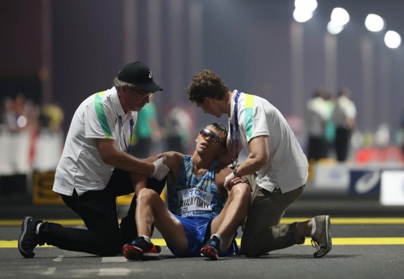 Жуткое ЧП: В Катаре на Чемпионате Мира украинского атлета увезли с финиша на инвалидной коляске (ФОТО)