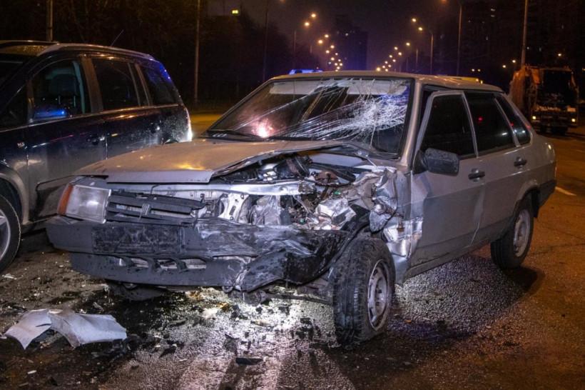 Пьяного окровавленного водителя задержали прохожие: В Киеве ВАЗ разбил два автомобиля (ФОТО)