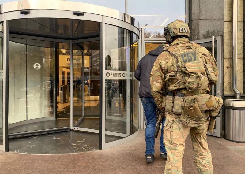 СБУ начала проводить обыск в столичном бизнес-центре (ФОТО)
