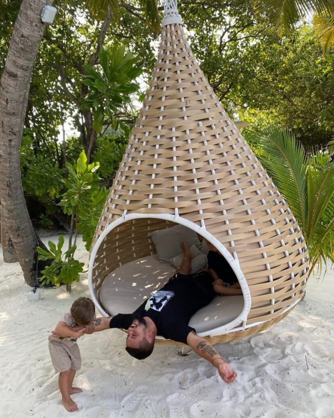 MONATIK поделился пляжным фото с сыновьями