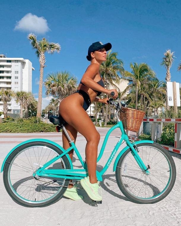 В Майами Анна Седокова выгодно показала свое полуобнаженное тело в бикини на фоне велосипеда (ФОТО)