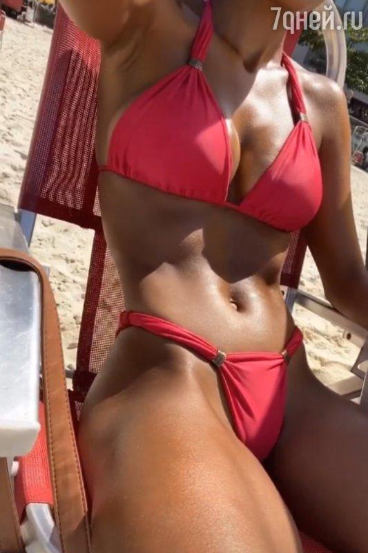 «Накачанный пресс, стройные ноги»: 23-летняя супруга Венсана Касселя отдыхала в бикини на пляже (ФОТО)
