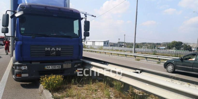 В Киеве водитель грузовика умер во время движения