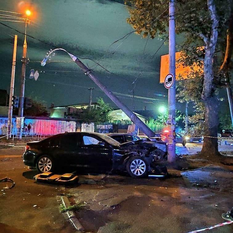 В Херсоне пьяный водитель Mercedes врезался в BMW и снес столб (ФОТО)