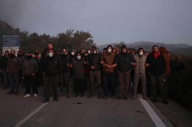 Масштабные столкновения: Греки протестуют против строительства новых миграционных центров (ФОТО)