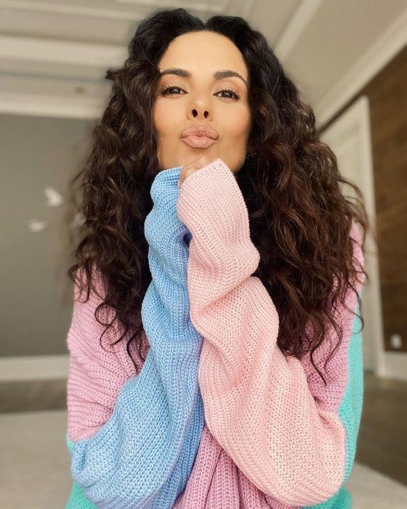 «Приближение лета»: Настя Каменских позировала в разноцветном свитере и выглядела милашкой (ФОТО)