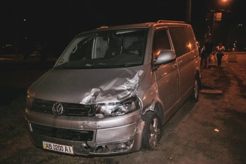 В Киеве два автомобиля снесло с дороги: в результате ДТП Volkswagen врезался в Hyundai (ФОТО, ВИДЕО)