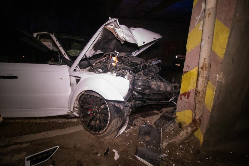 На столичном Отрадном белый Range Rover врезался в опору моста (ФОТО, ВИДЕО)