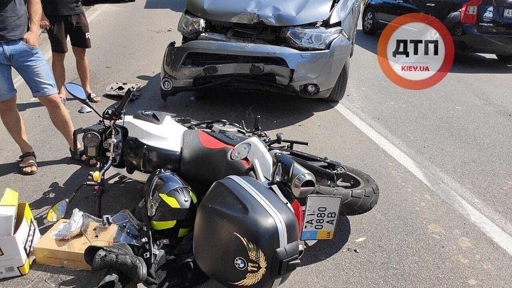 Кровавое зрелище: под Киевом разбился мотоциклист, столкнувшийся с легковушкой (ФОТО)