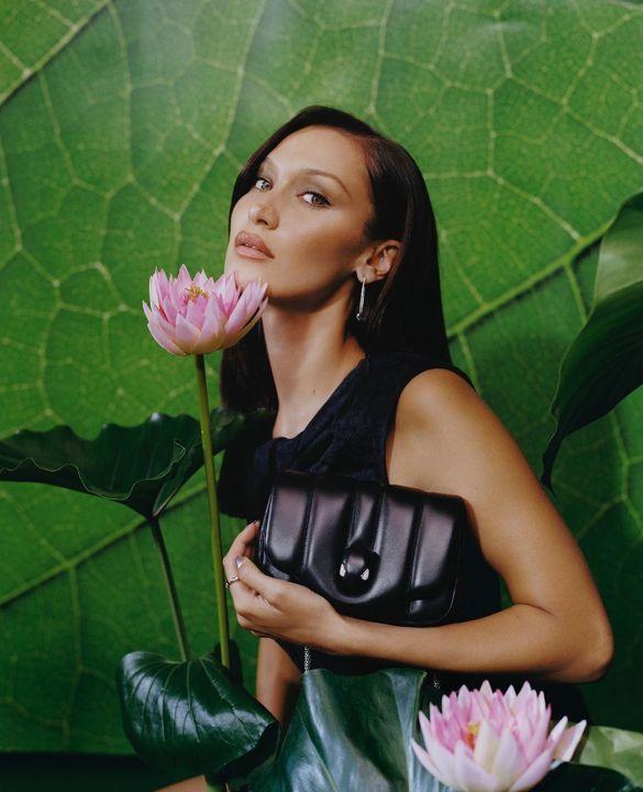 На фоне водяных лилий: модель Белла Хадид показала очаровательную фотосессию