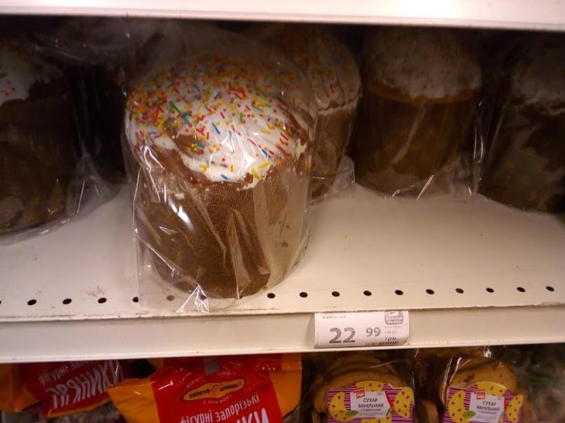 В столичных магазинах начали продавать пасхальные куличи: сколько это стоит (ФОТО)