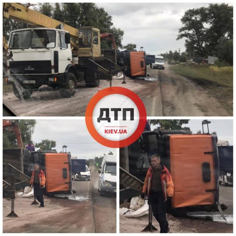 На Киевщине на въезде в поселок перевернулся грузовик (ФОТО)