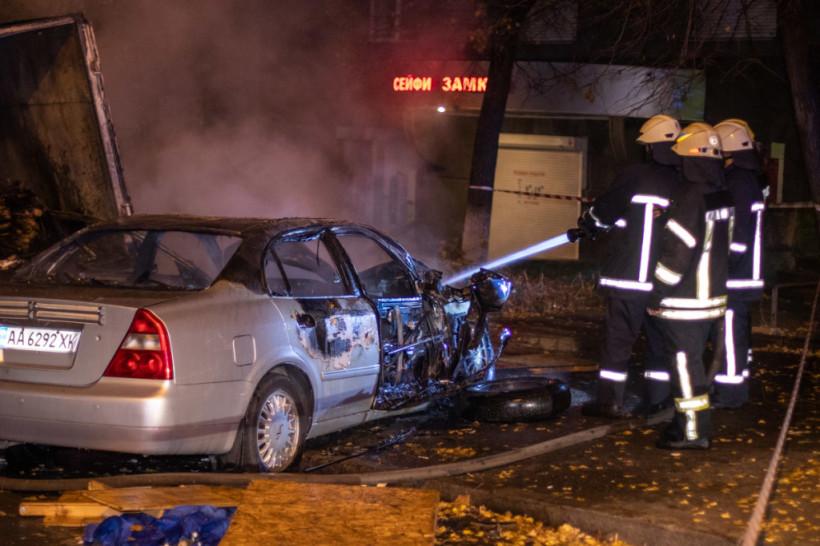 В центре Киева пьяная девушка на угнанной Chery врезалась в грузовик (ФОТО, ВИДЕО)
