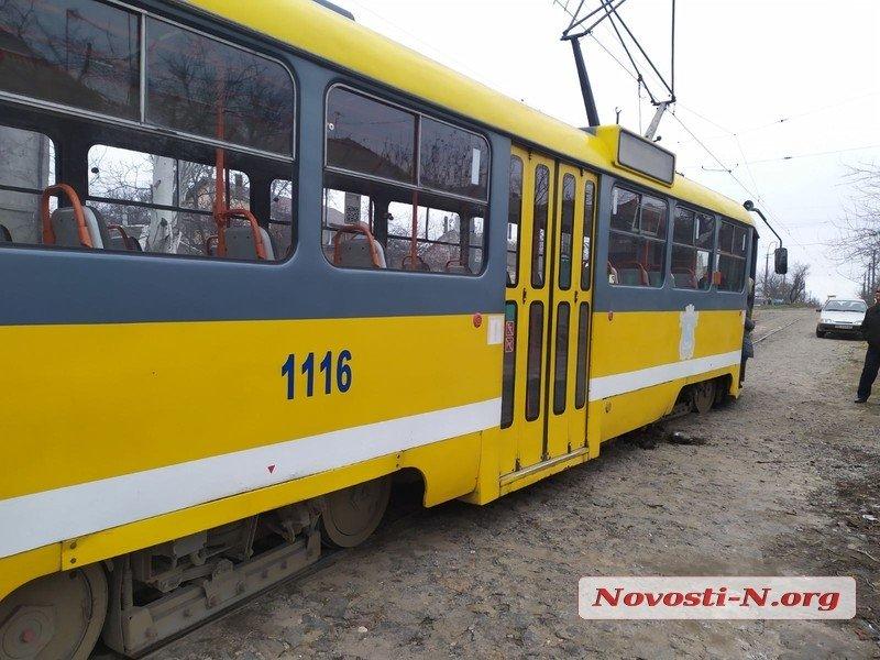 В Николаеве с рельсов сошел трамвай (ФОТО)