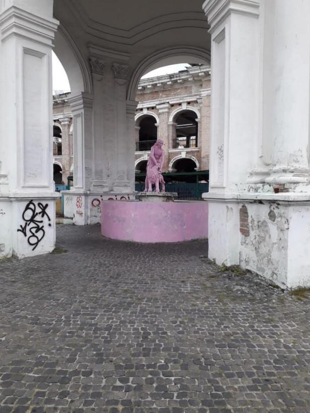 Фонтан Самсон на киевском Подоле перекрасили в розовый цвет: полиция задержала подозреваемых (ФОТО)